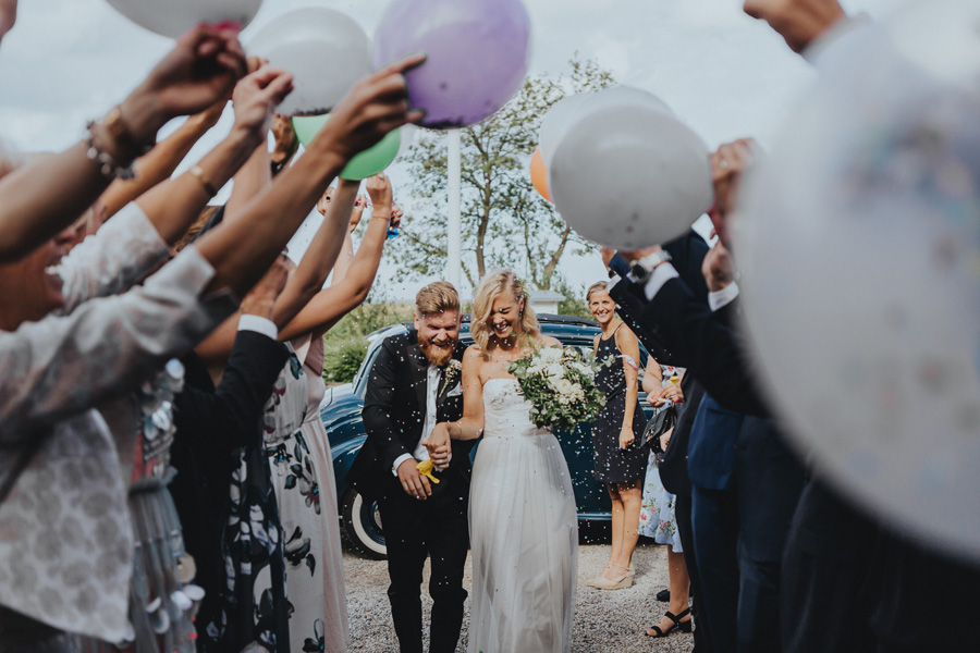 surprice,bröllopsfotograf,konfetti,vitemölla