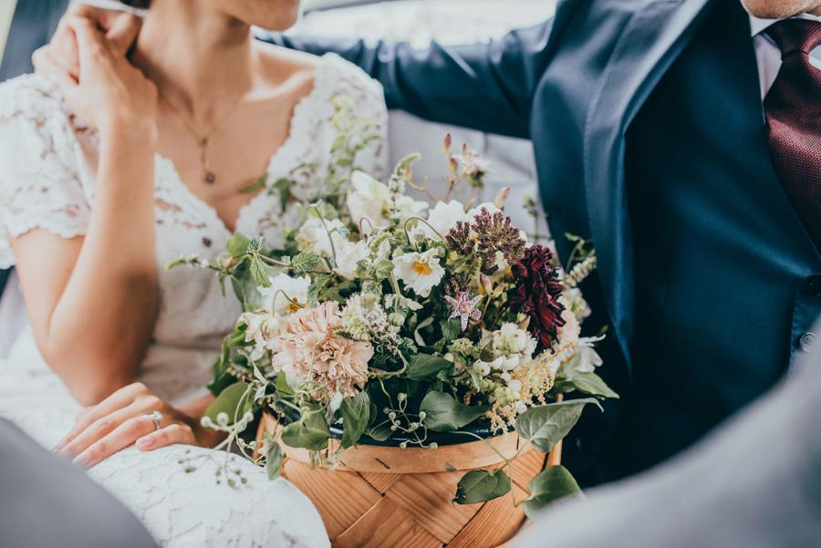 florista,blommor,bröllopsfotograf,vigsel,burlövs gamla kyrka,skåne,weddingphotographer